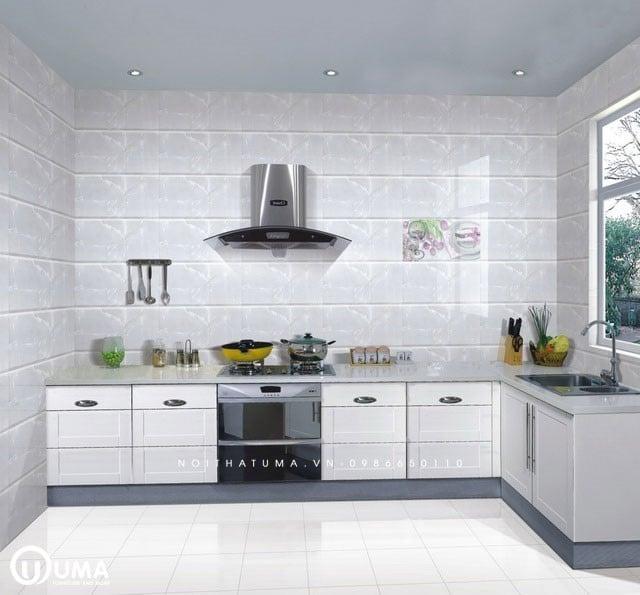 Cách ốp tường bếp khá phổ biến với cách thi công đơn giản, dễ thực hiện.