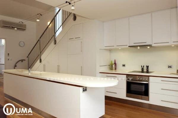 Tận dụng chân cầu thang làm tủ bếp độc đáo