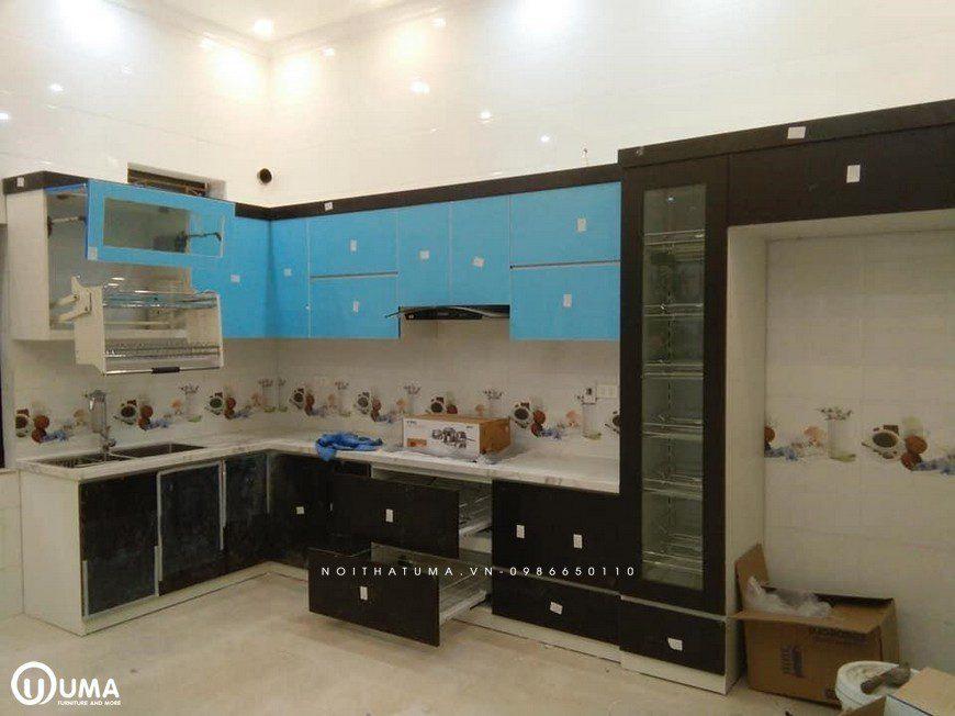 Các họa tiết in nổi trên bề mặt gạch ốp tường bếp màu trắng tạo điểm nhấn ấn tượng cho căn bếp