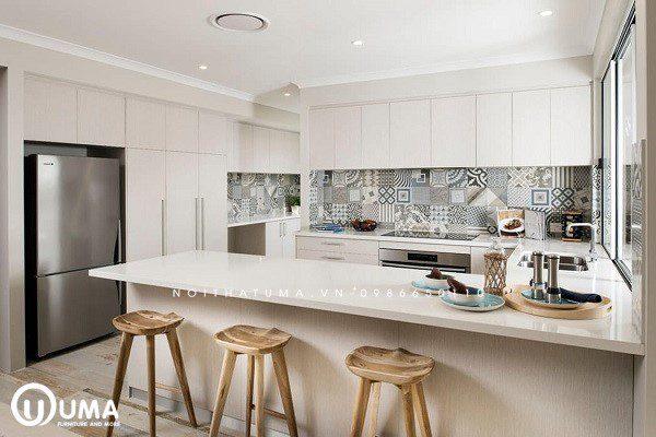 Mẫu gạch ốp bếp họa tiết cách điệu xen kẽ giản đơn giúp phòng bếp đẹp một cách tinh tế, hài hòa