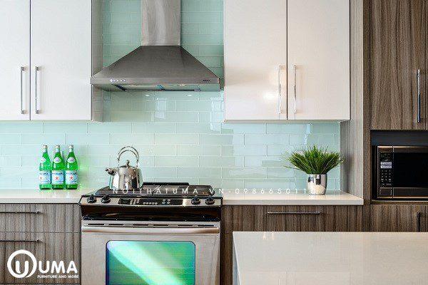 Phòng bếp kết hợp mẫu gạch kính màu xanh ngọc tạo sự thoáng đãng đồng thời giúp gia chủ làm vệ sinh khi làm bếp cách dễ dàng