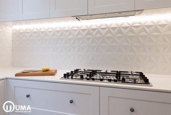 Gạch lát tường bếp đẹp chạm khắc nổi tông trắng đơn giản và tinh tế