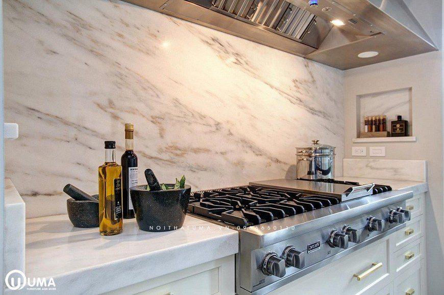 Phòng bếp sang trọng, sáng đẹp với gạch ốp bếp giả đá với tông trắng tinh tế