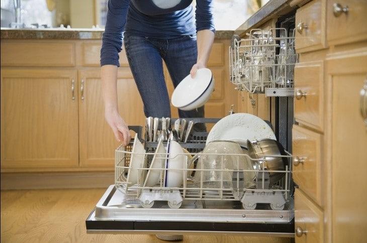 Máy rửa bát, bát đĩa ra đời giúp các bà nội trợ không còn vất vả