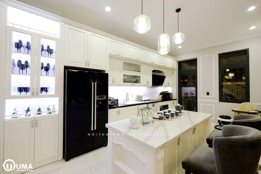 Không gian phòng bếp được thiết kế hình chữ I, với chiế bàn bar màu trắng thiết kế kiểu hoàng gia.