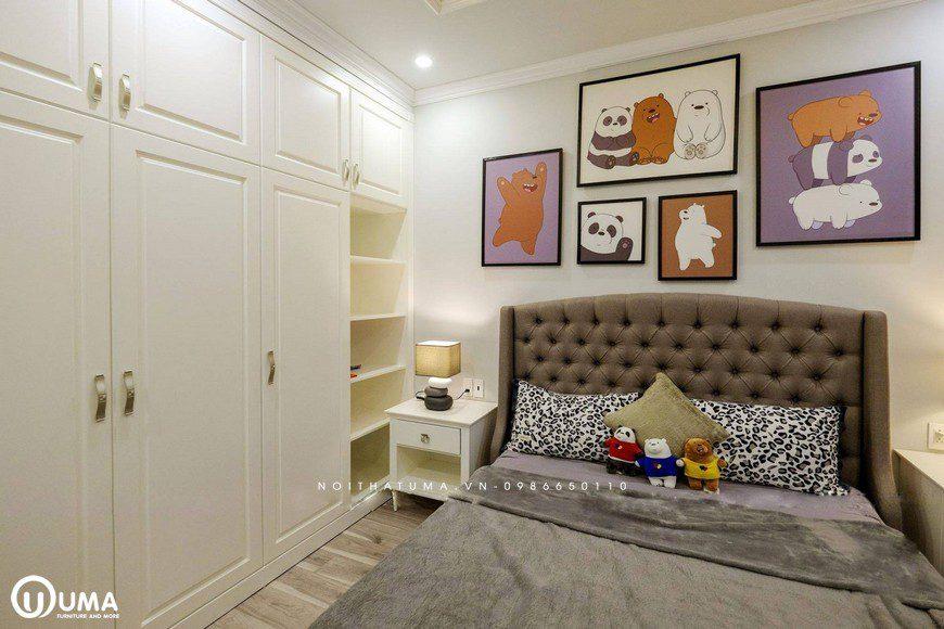 Đồ nội thất vẫn giữ cho mình màu trắng sữa, với bộ giường màu nâu xám