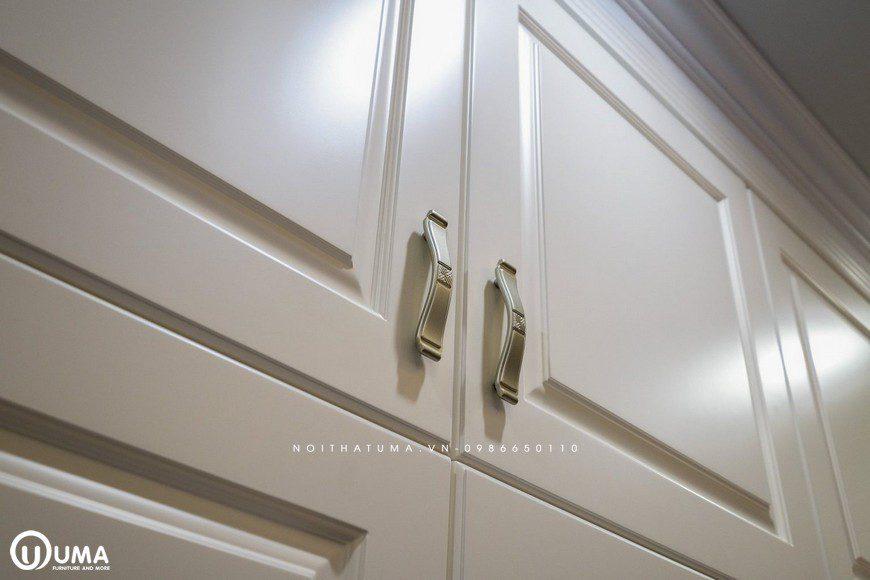 Chiếc tay cầm của cánh cửa cũng được lựa chọn khá sang trọng và hiện đại