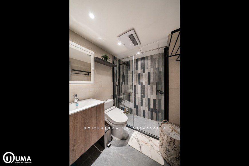 Phòng vệ sinh lớn cũng được trang bị khá ấn tượng, và có sắp xếp các vận dụng ngăn lắp