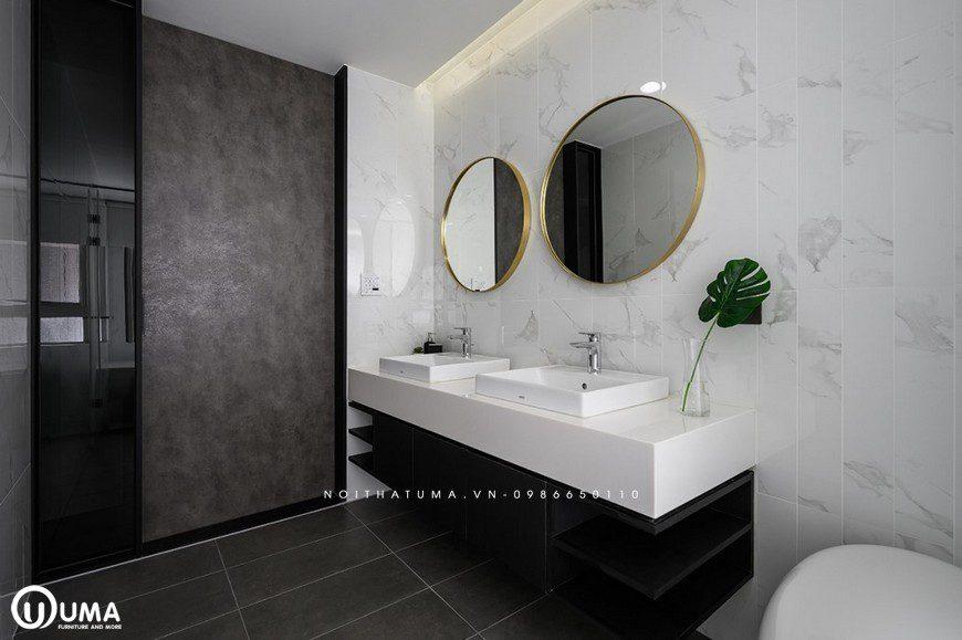 Căn phòng khá ấn tượng với bồn rửa mặt đôi và chiếc gương treo tường khá ấn tượng