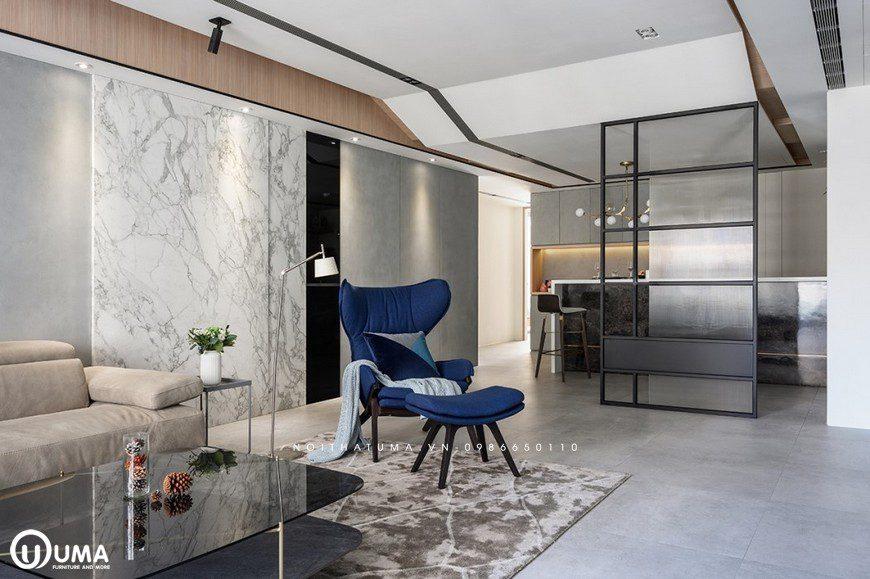 Từ phòng khách đến không gian phòng ăn và bếp, được ngăn bởi vách kích kéo khá tiện dụng và sang trọng.