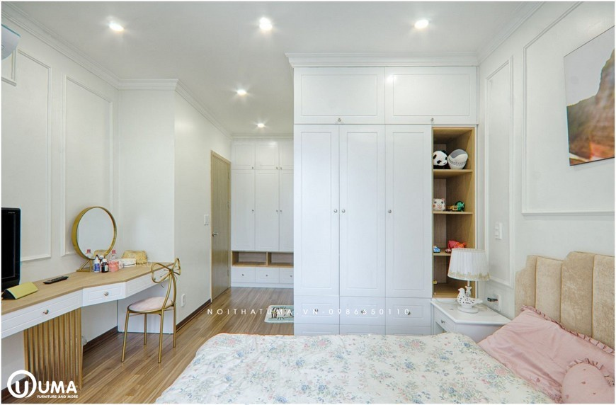 Toàn bộ không gian căn phòng được trang bị với đầy đủ các linh kiện tủ giường và các vật dụng trang trí