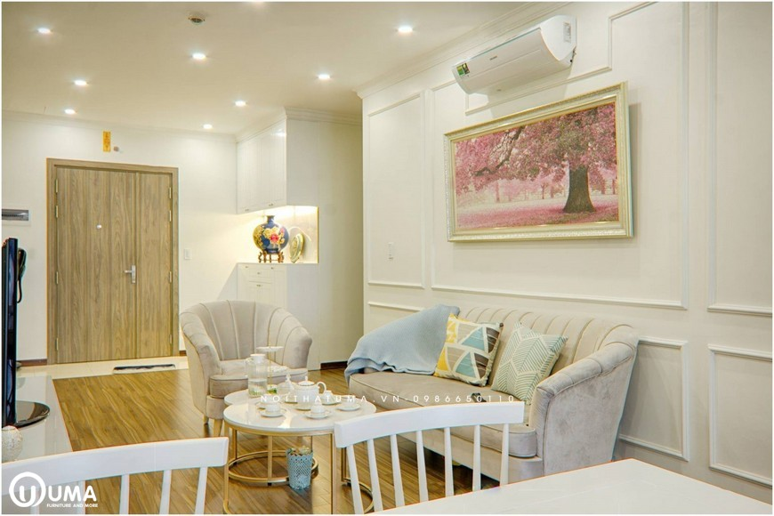 Bao chùm căn phòng với màu trắng về bức tường sơn, kết hợp đồ nội thất, đôi khi có đường nét vàng của đồ nội thất