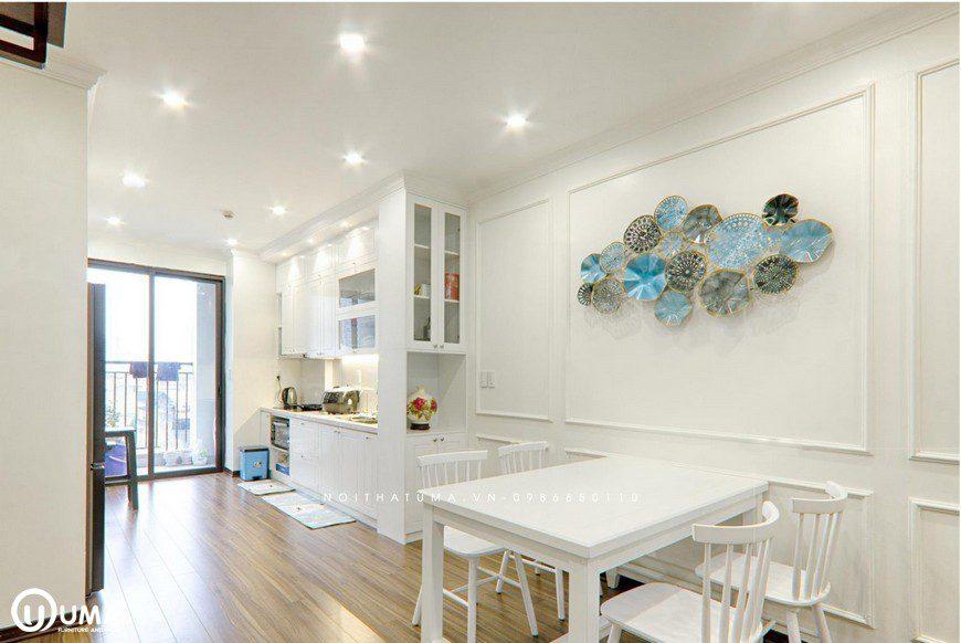 Tại không gian bàn ăn, vẫn lựa chọn màu trắng, với điểm nhấn tại nơi đây là bức tránh trang trí nhiều màu sắc