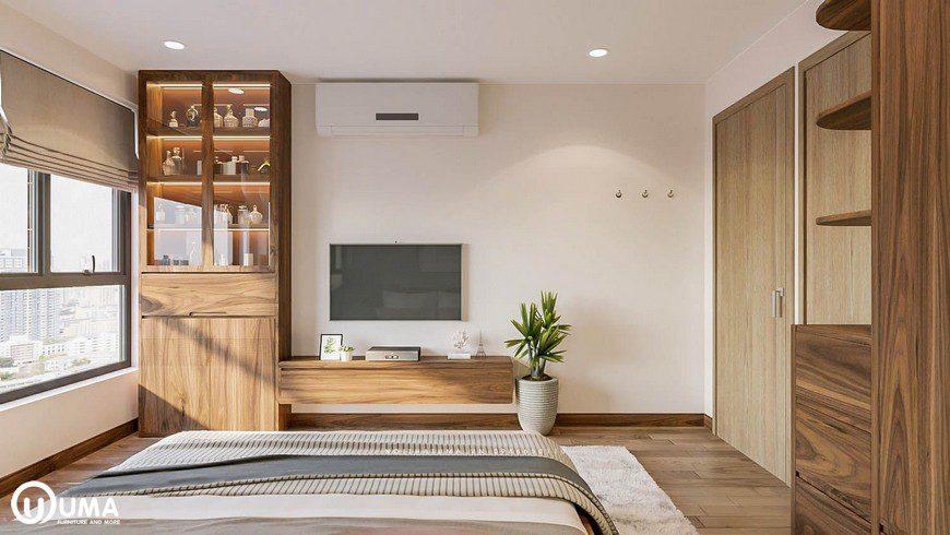 Đối diện với chiếc giường được trưng bày kệ tivi cùng chiếc tủ trang trí khá ấn tượng. Bên cạnh đó có chậu cây xanh, tạo ra sự thân thiện với thiên nhiên