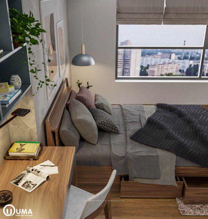 Nội thất trong phòng sử dụng thiết kế thông minh, với chiếc giường hộp có nhiều ngăn kéo. Trên đầu giường có sử dụng đèn chùm hiện đại.