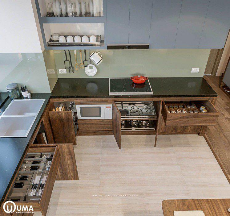 Tủ bếp hình chữ L, được thiết kế khá hiện đại, sử dụng các thiết bị thông minh