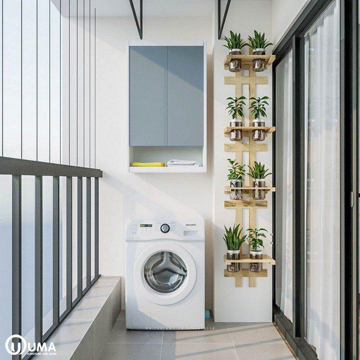 Ban công được thiết kế khá tiện ích và hiện đại. Với tủ để đồ được treo trên tường ở phái máy giặt. Bên cạnh được trang trí với giá để lọ cây khá bắt mắt và tiện ích