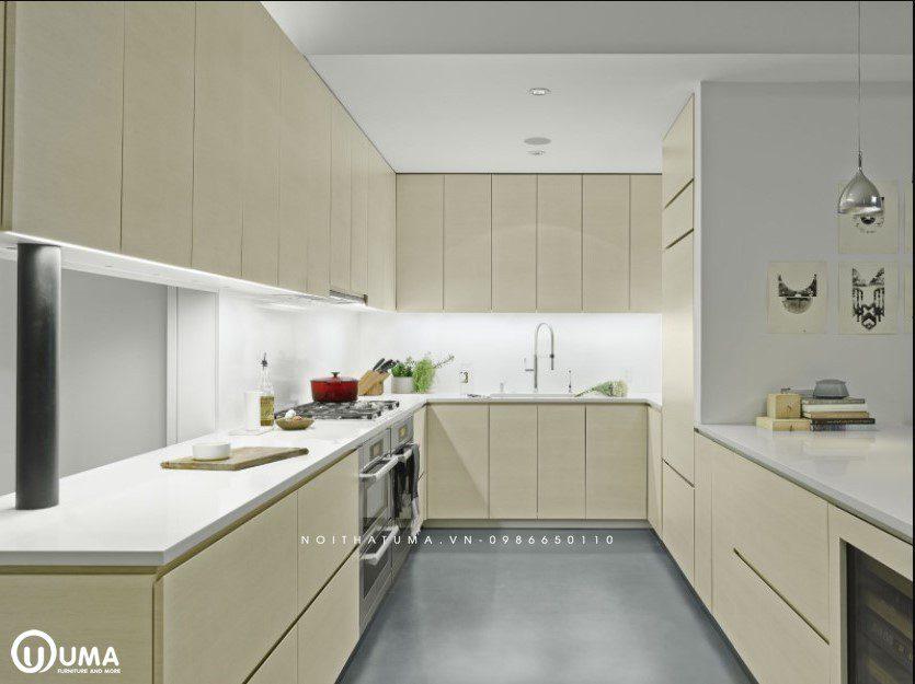 Tủ bếp Acrylic chữ U bóng gương đầy đủ tiện nghi với tủ bếp dưới màu vân gỗ sang trọng