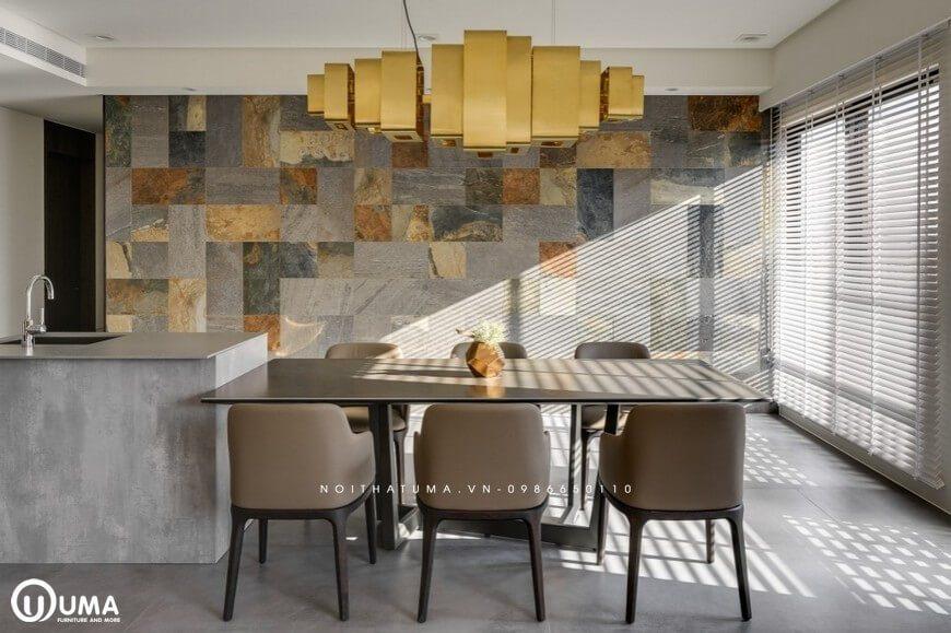 Chiếc bàn ăn đã là điểm nhấn để ngăn chặn phòng khách với không gian phòng bếp khá tiện ích và hoàn hảo.