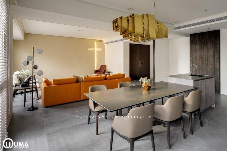 Ngay sau không gian phòng khách là chiếc bàn ăn, được trang bị dùng cho 6 người ngồi, với màu nâu trầm