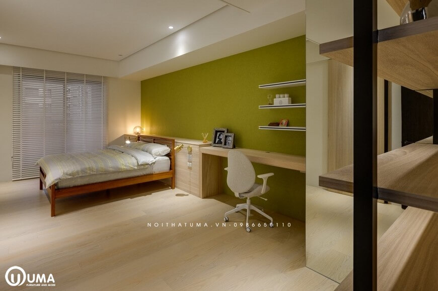 Phòng ngủ với màu xanh dương là màu chủ đạo được sơn trên bức tường chính của căn phòng