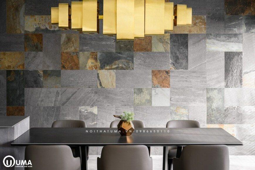 bàn ăn được trang trí với bức tường nhiều màu sắc cho từng ô nhỏ, tạo ra điểm nhấn cho không gian