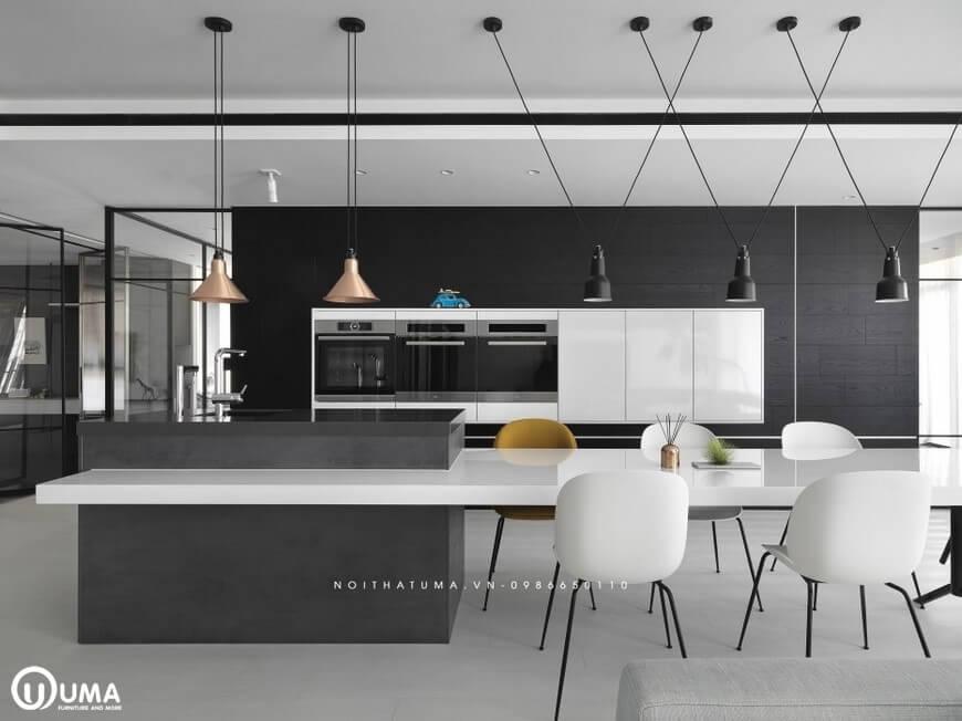 Phòng bếp được thiết kế khá ấn tượng, vẫn sử dụng tông màu trắng đen là màu chủ đạo.