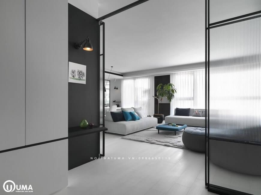 Thẳng cửa nhìn vào không gian phòng khách được bao chùm toàn bộ không gian thiên nhiên, thoải mái
