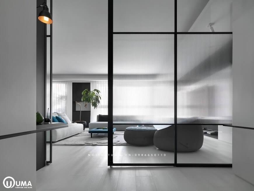 Không gian phòng khách được ngăn cách riêng biệt với khung cửa kính cao cấp, sang trọng và hiện đại.