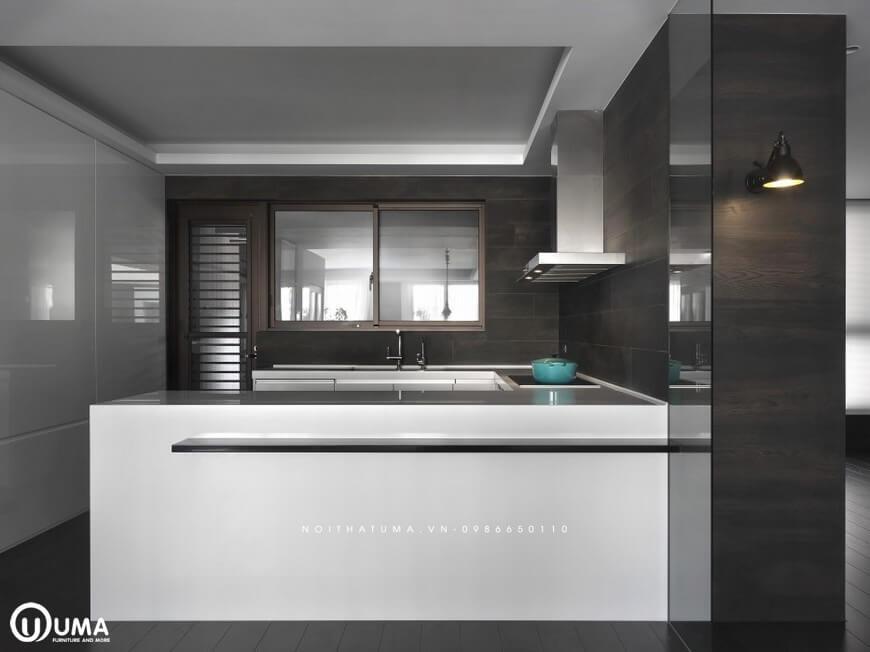 Không gian phòng bếp được thiết kế hình chữ U khá ngăn lắp, gọn gàng