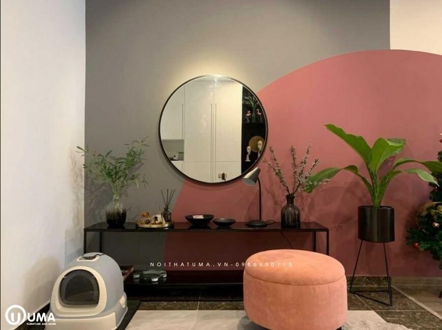 Lựa chọn màu hồng làm màu chủ đạo, nên bức tường cũng được trang trí với màu hồng