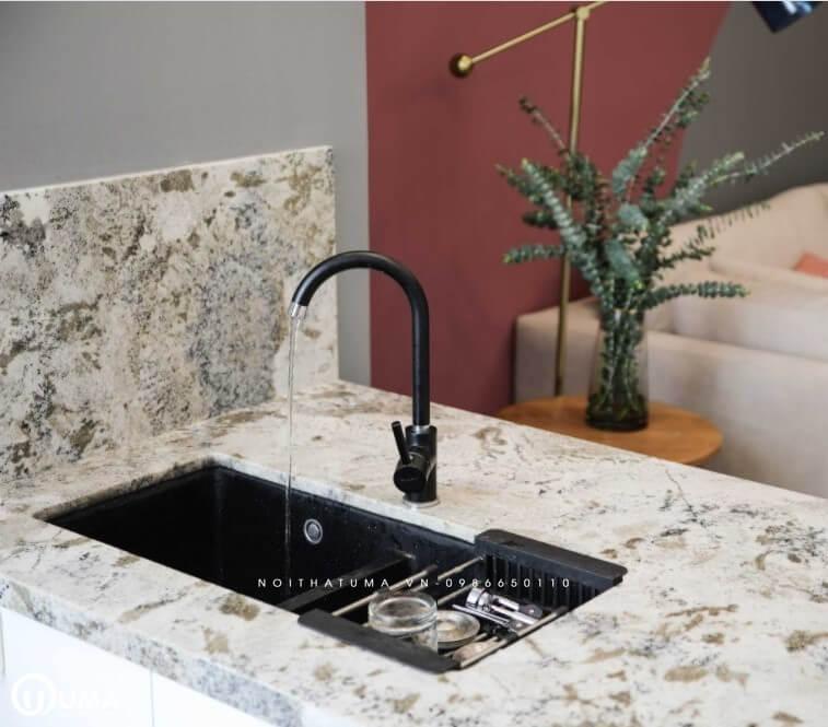Bàn đá hoa văn được lựa chọn tại không gian phòng bếp