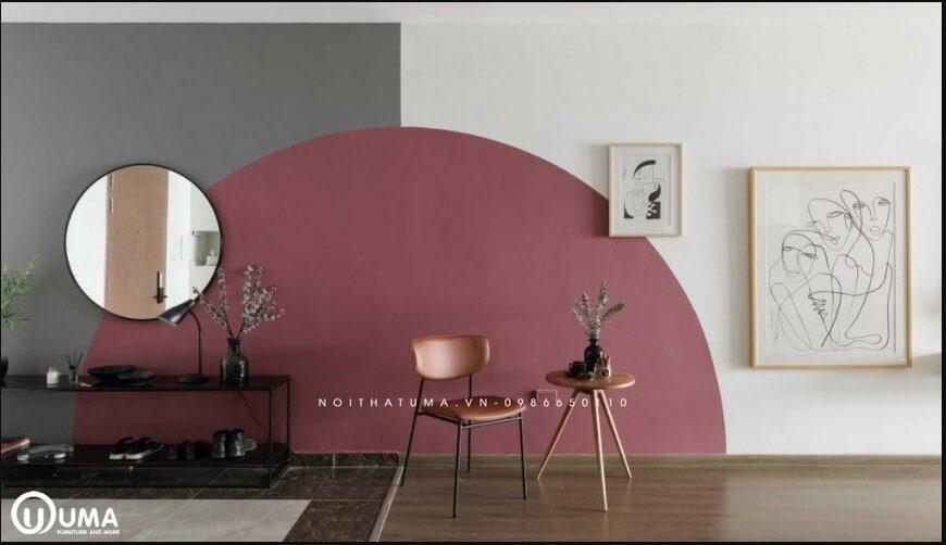 Bức tường được trang trí với những bức tranh nghệ thuật, cùng với sơn tường nửa quả trứng bằng màu hồng