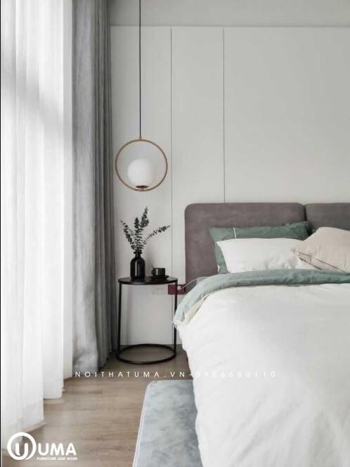Đầu giường được trang bị với những chiếc bàn tròn nhỏ nhắn để trang trí các lọ hoa vật dụng cần thiết