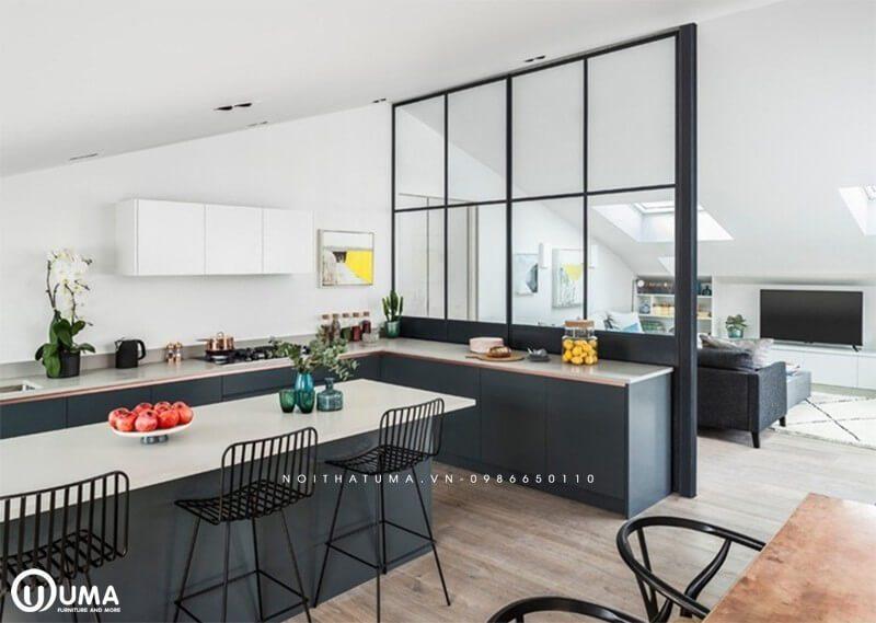 Vách ngăn bếp và phòng khách làm bằng kính