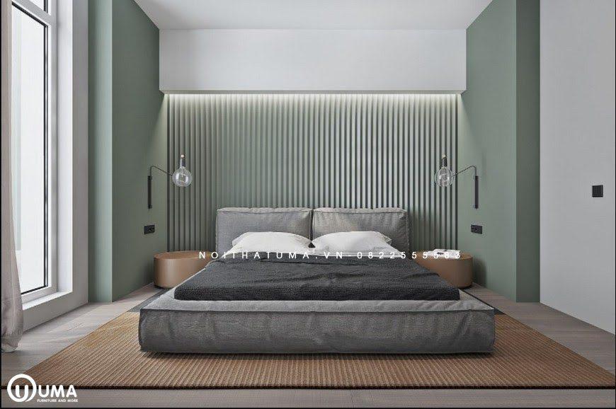 Đến với phòng ngủ được thiết kế đơn giản chỉ với chiếc đệm cao đặt trên chiếc thảm màu nâu. Phần đầu giường được trang trí với màu xanh cốm nhẹ nhàng cùng điểm nhấn là mành che.