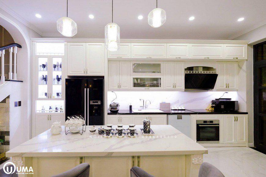 Bao chùm toàn bộ không gian phòng bếp được thiết kế với kiểu dáng hoàng da, màu trắng