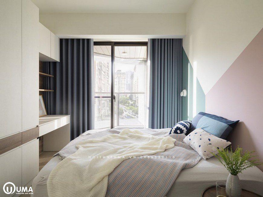Chiếc giường được lựa chọn với bộ chăn gia gối đệm hàng cao cấp, cùng tông màu chủ đạo.