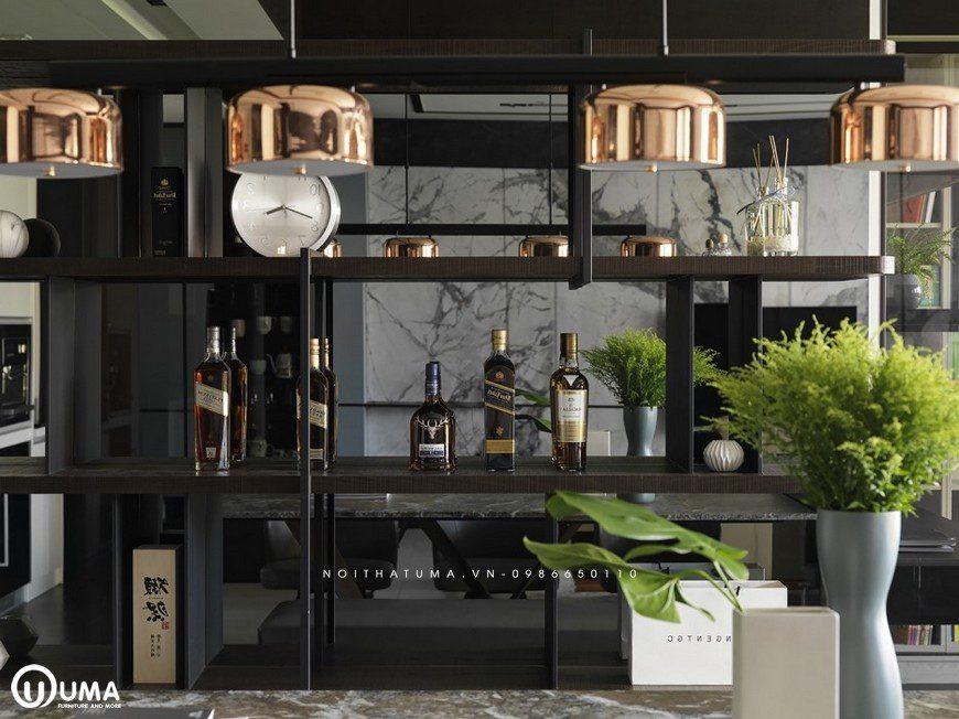 Tủ rượu được thiết kế cũng khá đặc biệt, với tủ rượu màu đen, cùng với những tấm kính ấn tượng