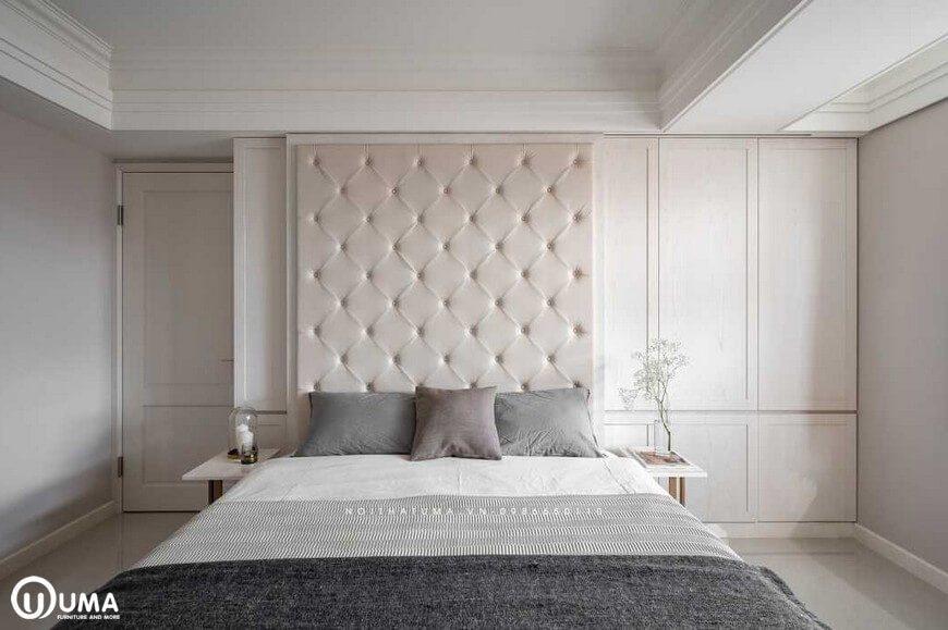 Chiếc giường ngủ được thiết kế đặt giữa phòng ngủ với những bộ chăn ga gối đệm hàng cao cấp