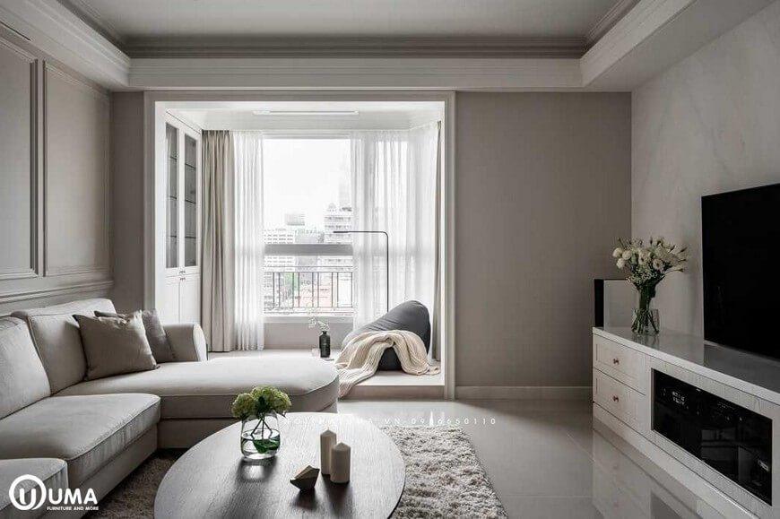 Thẳng phòng khách đi ra là không gian ban công, được trang bị với bộ rèm cửa màu trắng sữa