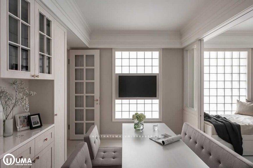 Chiếc bàn ăn được hưởng trọn ánh sáng tự nhiên chiếu vào, thông qua ô cửa sổ nhỏ.